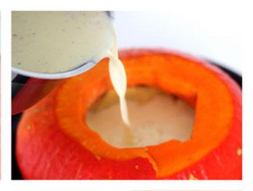 В тыкву положить начинку и залить молоком