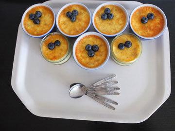 К пудингу подать ванильный соус или ягоды