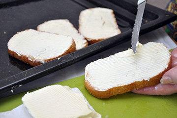Нанести тонкий слой масла на каждый ломтик хлеба