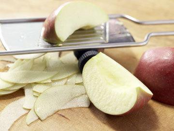На мандолине настрогать яблочки потоньше
