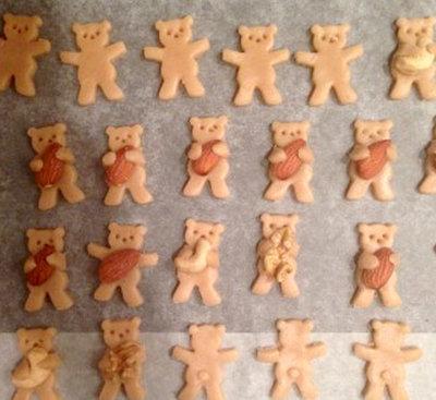 Печенье выложить на противни