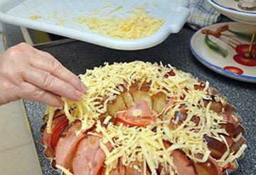 Посыпать хлеб тертым сыром