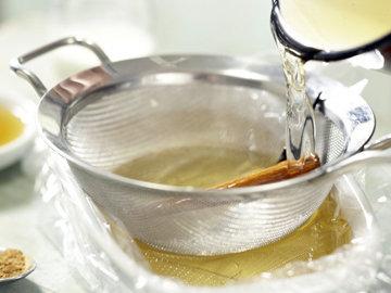 Сок вылить в форму, процедив