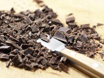 Шоколад нарезать в мелкую крошку