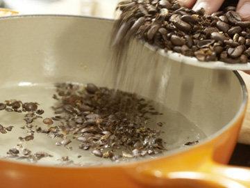 Кофейные зерна грубо истолочь