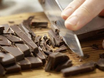 Шоколад нарезать ножом