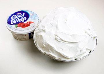 разложить по креманкам мороженое и украсить взбитыми сливками