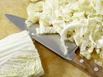 Китайскую капусту нарезать полосками
