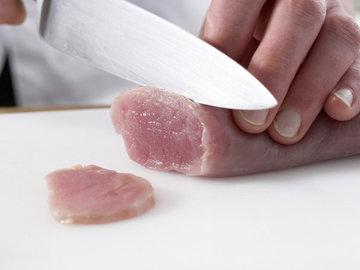 Свиное филе нарезать очень тонко
