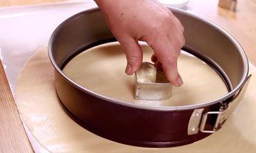 Формочками для печенья вырезать сердечки