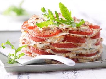 Блинный торт с помидорами и сырным кремом