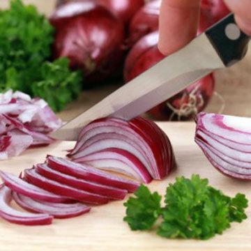 Луковичку нарезать тонкo