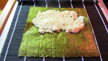 На нори вместо риса нанести смесь капусты и сыра