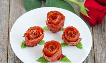 Подайте розы на блюде с листиками базилика