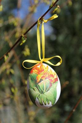 Готовые яйца можно положить в корзинку или повесить на цветущую веточку