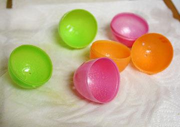 Для изготовления яиц можно использовать пластиковые формочки от киндер-сюрприз