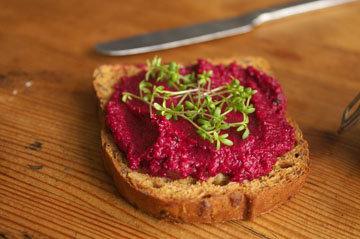 Намазка на хлеб из свеклы украсит стол своим ярким цветом!