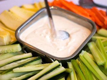 Подайте к соусу-дипу кусочки овощей или крекеры