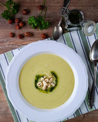 Суп разлить по тарелкам, сбрызнуть маслом из петрушки, добавить сливки