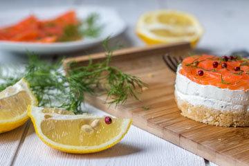 Чизкейк с семгой - блюдо, которое готовится просто, но выглядит нарядно