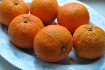 Вначале надо приготовить апельсины для украшения торта