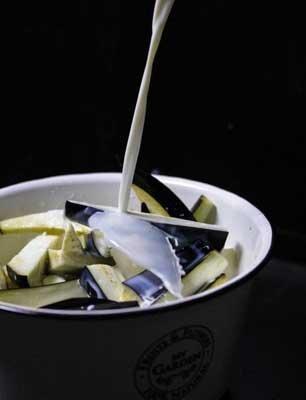 Залить баклажаны молоком