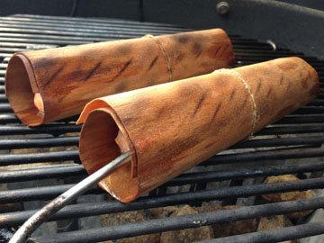 Рыбу на гриле готовят в коре эвкалиптового дерева