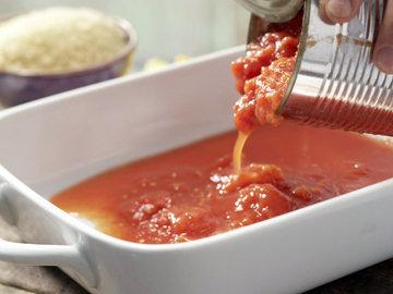 Добавить помидоры и 200 мл куриного бульона