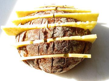 Сыр положить в смазанные маслом прорези