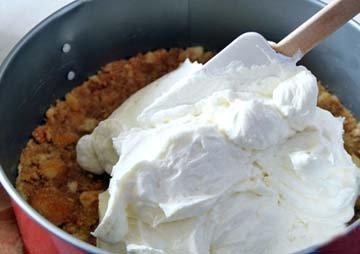 Творожную массу вылить на основу торта и разровнять