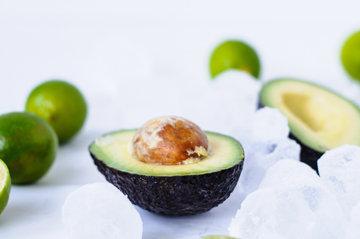 Авокадо разрезать пополам вдоль и вынуть косточку