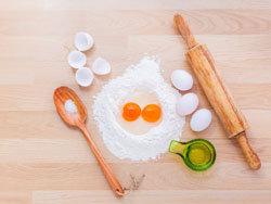 смешать с мукой, яйцами и сливками