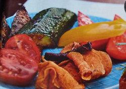 Сырное фондю в картошке подать с хлебом и овощами