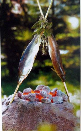 Запекать рыбки на углях