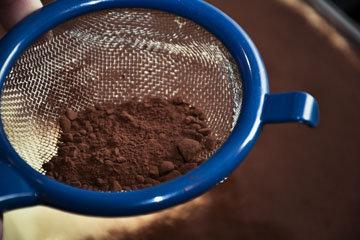 Муку, какао и рарыхлитель просеять