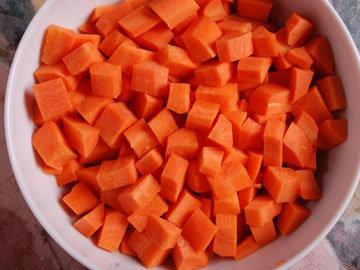 Морковь очистить и нарезать кусочками