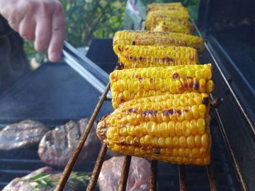 готовить кукурузу в початках на гриле