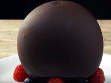 Пирожное накрыть шаром из шоколада