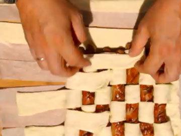 Затем колбаски переплести с тестом