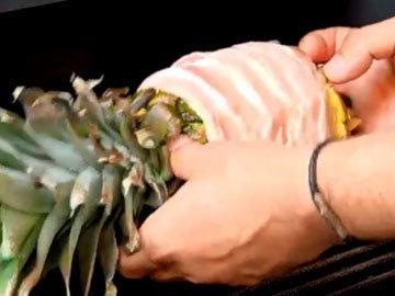 Положить ананас с мясом на гриль на 2 часа