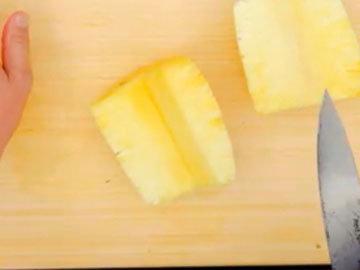 Разрезать ананас на 4 части