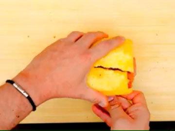 Сложить кусочки ананаса в целый фрукт