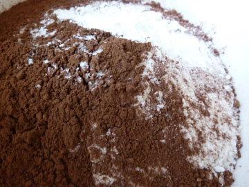 Смешать муку, какао, пищевую соду, разрыхлитель и соль