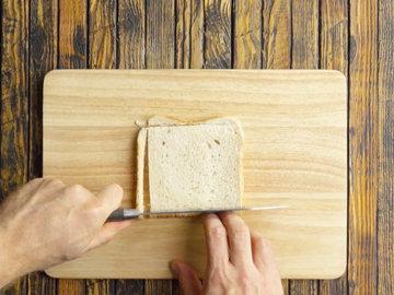 Срезать корочку со всех кусочков тоста