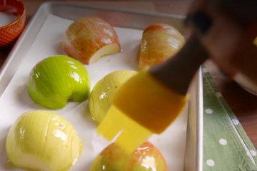 3. Смазать верх яблок растопленным сливочным маслом