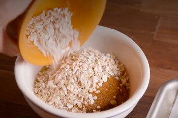 4. В миске смешать оставшееся растопленное масло, сахар, корицу и овсяные хлопья
