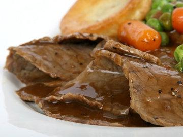 Мясо отварное с зеленым горошком