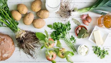 Шаг 1. Ингредиенты для картофельного супа лежат на деревянной доске