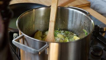 Шаг 3a. Приготовление картофеля и других овощей в кастрюле