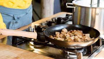 Шаг 5. Хлебные кубики обжарить на сковороде